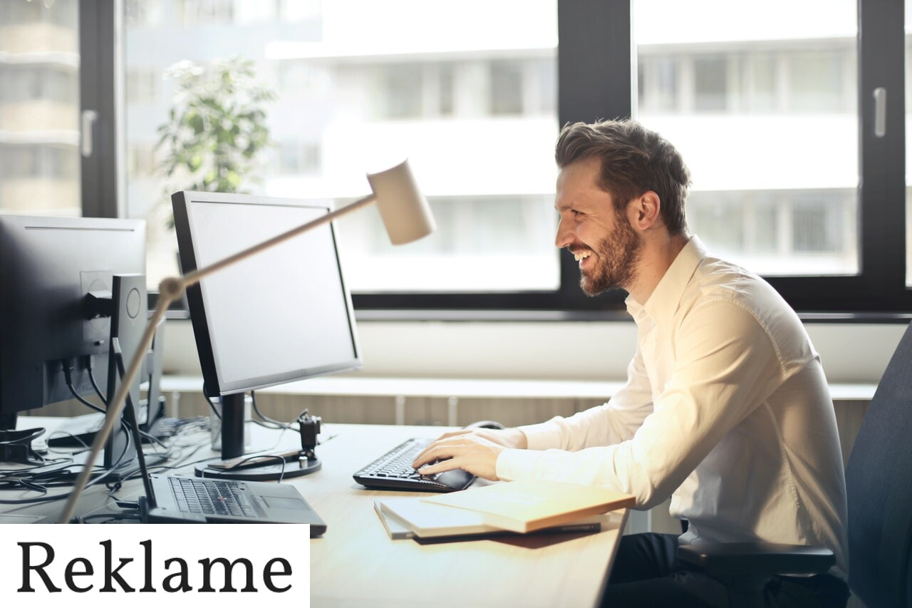 En mand på et kontor